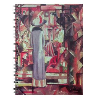 Mujer delante de una ventana iluminada grande cuadernos