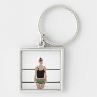 mujer deportiva joven en una encina afuera llaveros personalizados