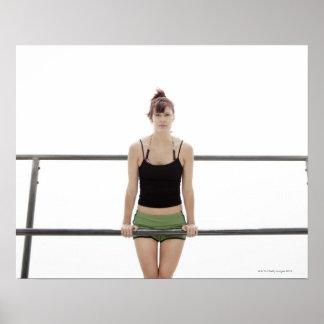 mujer deportiva joven en una encina afuera impresiones