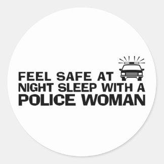Mujer divertida de la policía etiquetas redondas