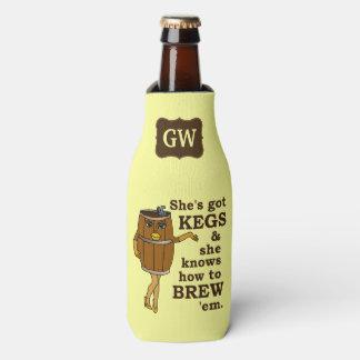 Mujer divertida del barrilete del cervecero de la enfriador de botellas