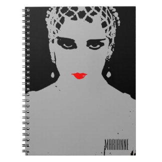 Mujer dramática con los labios rojos cuaderno