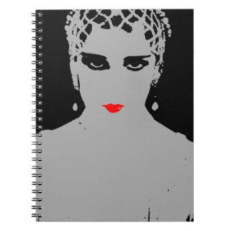 Mujer dramática con los labios rojos libreta