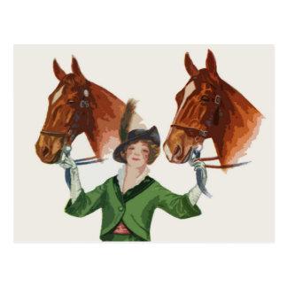 Mujer elegante con los caballos tarjeta postal