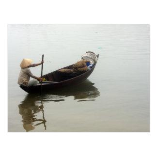 Mujer en barco postales
