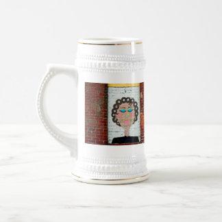 Mujer en bigudíes jarra de cerveza