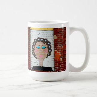 Mujer en bigudíes taza básica blanca