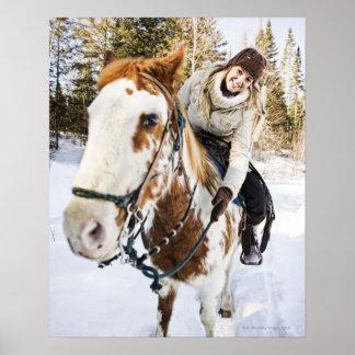 Mujer en caballo al aire libre durante invierno impresiones
