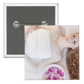 Mujer en cama pin cuadrado