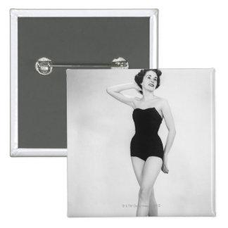 Mujer en corsé negro pin cuadrado