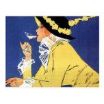 Mujer en el amarillo que tiene una bebida postal