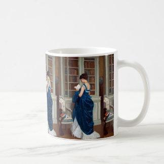 Mujer en el azul, leyendo un libro taza de café
