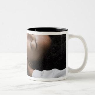 Mujer en el balneario taza de dos tonos