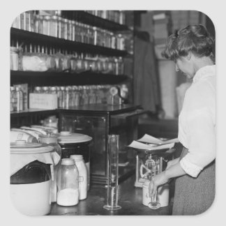 Mujer en el laboratorio de química, los años 10 pegatinas cuadradas