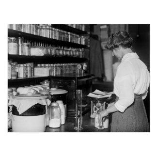 Mujer en el laboratorio de química, los años 10 tarjeta postal