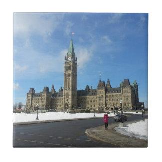 Mujer en el parlamento canadiense en Ottawa Azulejo Cuadrado Pequeño