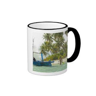 Mujer en el pequeño barco de pesca tradicional, taza