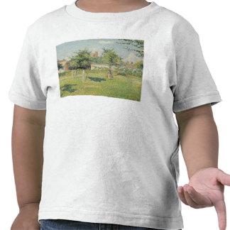 Mujer en el prado en Eragny primavera 1887 Camiseta