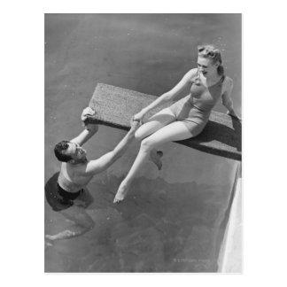 Mujer en el tablero de salto tarjetas postales