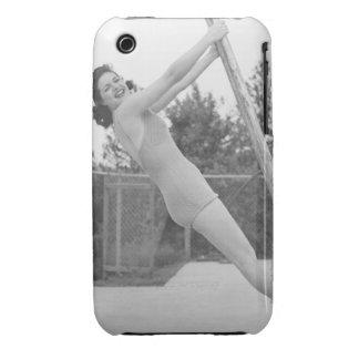 Mujer en el traje de baño que cuelga de madera funda bareyly there para iPhone 3 de Case-Mate