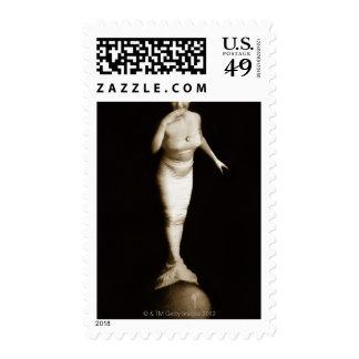 Mujer en el traje de la sirena que equilibra en sellos