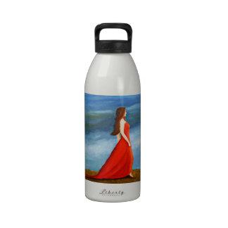 Mujer en el vestido rojo botella de beber