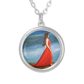 Mujer en el vestido rojo collares