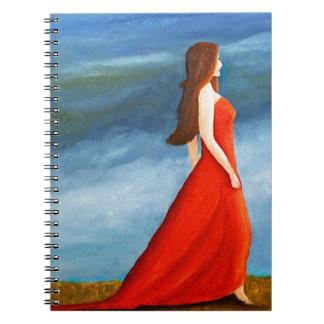 Mujer en el vestido rojo libreta