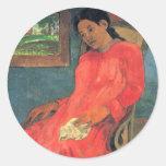 Mujer en el vestido rojo - Paul Gauguin Etiqueta Redonda
