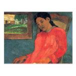 Mujer en el vestido rojo - Paul Gauguin Postal