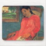 Mujer en el vestido rojo - Paul Gauguin Tapete De Ratón