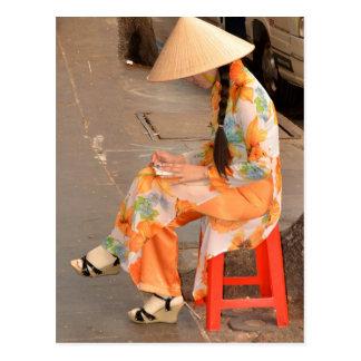 Mujer en gorra anaranjado y cónico tarjetas postales