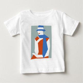 Mujer en gorra azul playera de bebé