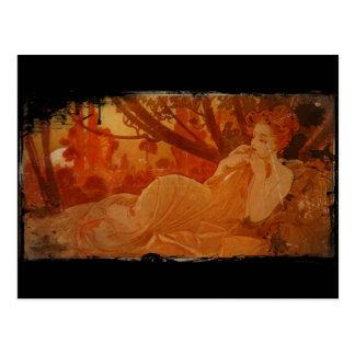 Mujer en hojas de otoño tarjeta postal