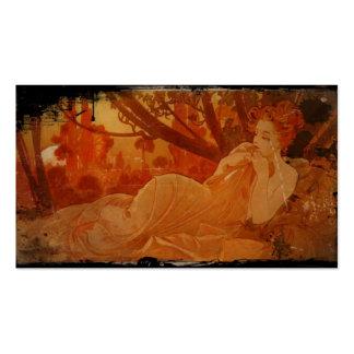 Mujer en hojas de otoño tarjetas de visita