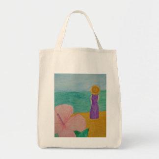 Mujer en la bolsa de asas de la playa