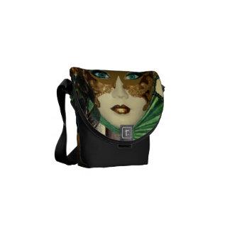 Mujer en la bolsa de mensajero del arte de la masc bolsas de mensajería