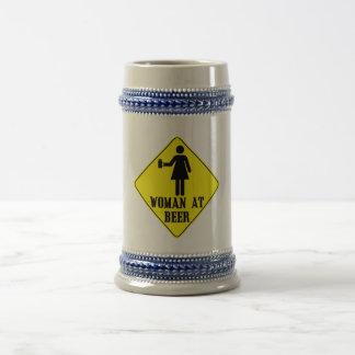 Mujer en la cerveza jarra de cerveza