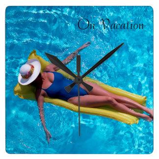 Mujer en la imagen de la piscina para el reloj de