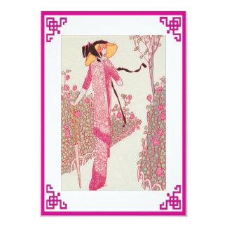 Mujer en la invitación rosada
