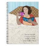 Mujer en la lectura de la cama - cuaderno