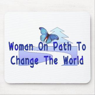 Mujer en la trayectoria mouse pads