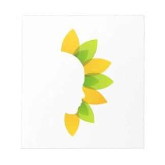 Mujer en las hojas del verde y del amarillo bloc de notas