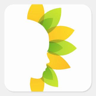 Mujer en las hojas del verde y del amarillo pegatina cuadrada