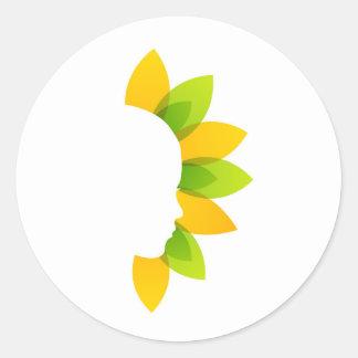 Mujer en las hojas del verde y del amarillo pegatina redonda