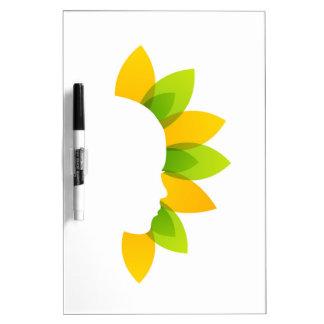 Mujer en las hojas del verde y del amarillo pizarras blancas de calidad