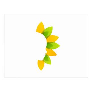 Mujer en las hojas del verde y del amarillo postales