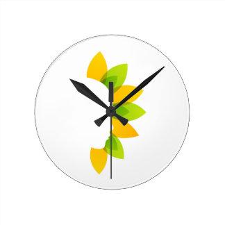 Mujer en las hojas del verde y del amarillo reloj redondo mediano