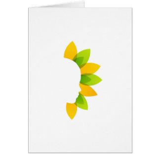 Mujer en las hojas del verde y del amarillo tarjeta de felicitación