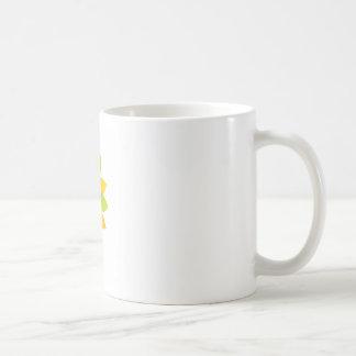 Mujer en las hojas del verde y del amarillo taza de café